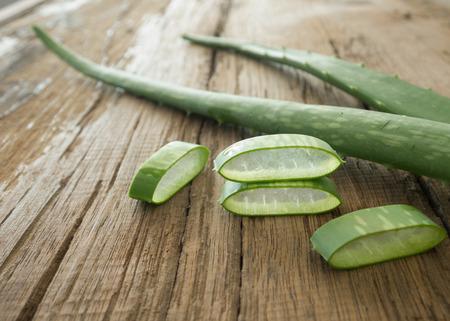 Aloe Vera Pflanze auf Holztisch Standard-Bild - 48119450