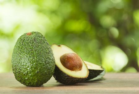 아보카도 아보카도 나무 바닥에 조각과 자연의 배경이있다; 선택한 포커스 스톡 콘텐츠
