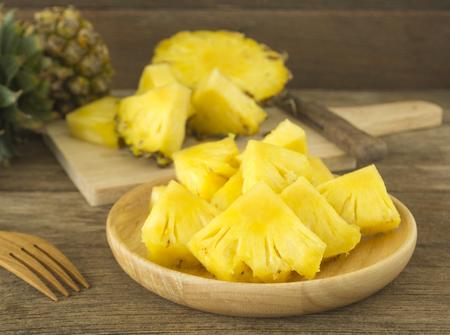 パイナップルと木製のテーブルの上にパイナップルのスライス。健康のため