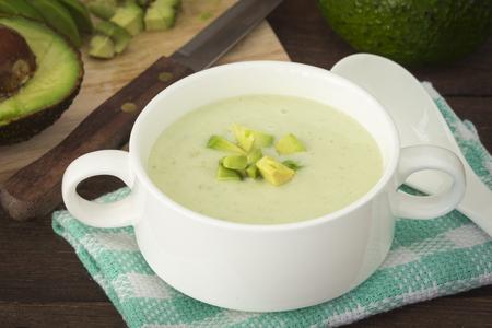 新鮮なアボカド、健康的な食生活とアボカドのクリーム スープ。