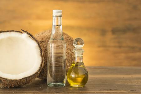 ココナッツ オイル、木製のテーブルに新鮮なココナッツ。