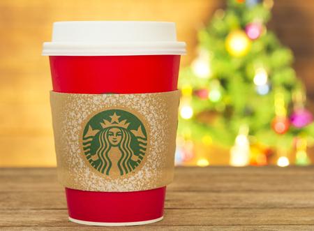 copa: Bangkok, Tailandia - 5 de noviembre de 2015: El nuevo vaso de papel de las tiendas de Starbucks en el país para la Navidad en un fondo rojo taza. marca Starbucks es una de las más conocidas de EE.UU.. Editorial