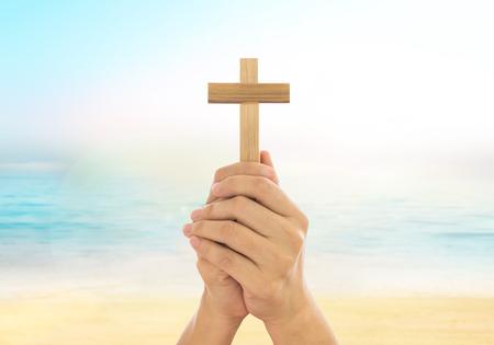 mano de dios: Manos humanas que sostienen una cruz santa y oró por las bendiciones de Dios. Amour Adora a Dios concepto.