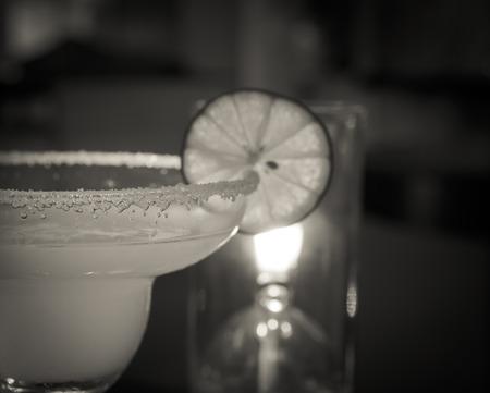 margarita c�ctel: Margarita c�ctel en el bar. Negro y tonos blancos. enfoque seleccionado.