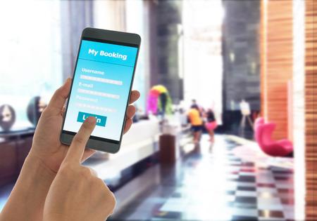 vista ravvicinata di tenere cellulare Smart Hotel Telefono prenotazione.