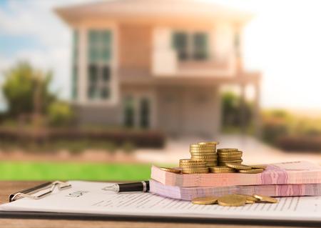 融資ドキュメントでお金を融資します。住宅ローン、住宅ローン、住宅のための信用の概念。ソフト フォーカス。