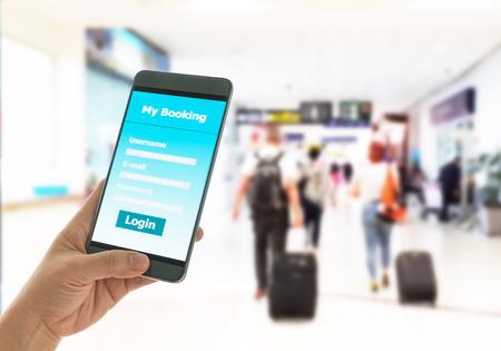 Uso de la reserva de teléfono móvil inteligente antes de un viaje. Concepto de tecnología.