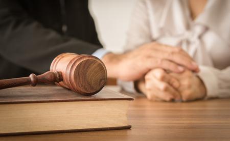 小槌、弁護士との法律の本は、法的助言とバック グラウンドで彼のクライアントに慰めるを提供します。離婚の法律、法的アドバイス、家族法の概 写真素材
