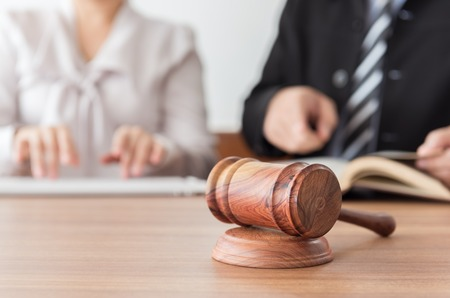 弁護士法律事務所はバック グラウンドでのチーム ミーティングを持つと小槌を判断します。法律、法的な助言とサービス、オンライン オークショ 写真素材