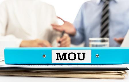 MOU, Memorandum des Verständnisses des Dokumentenordners auf dem Schreibtisch im Besprechungsraum mit Vertragspartnern. Konzepte der rechtlichen Dokumentenvereinbarung, Vereinbarung über die Zusammenarbeit, Vertrag. Standard-Bild