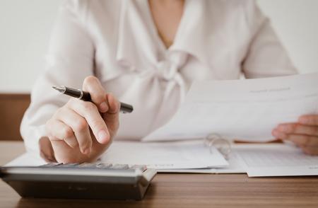 Comptable vérifie les chiffres sur le bilan. Concept de comptabilité, comptable, comptabilité, calculé, audit. Banque d'images - 74733807