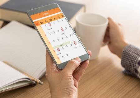 La marca en su agenda de teléfono inteligente en el calendario como recordatorios de fechas importantes o para programar una reunión o evento. Recordar el concepto.
