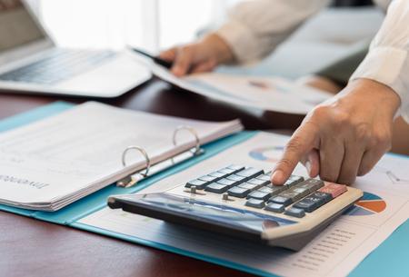vrouwelijke accountant of bankier die berekeningsrente maakt. concepten van boekhouding, financieel, bankieren.