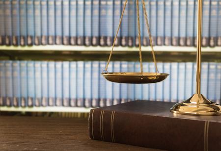 Balanza de la justicia en los libros de derecho en un tribunal o bufete de abogados. concepto de derecho, educación jurídica. Foto de archivo - 97351232