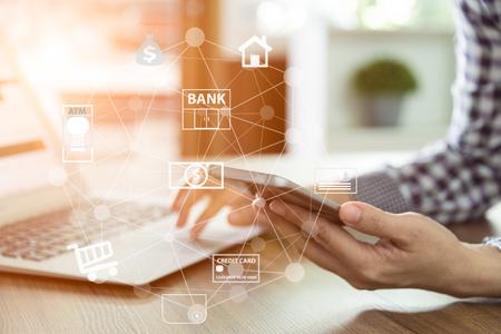 rete di mobile banking. uomini d'affari che utilizzano il telefono cellulare con pagamento in linea dell'applicazione icona. Archivio Fotografico