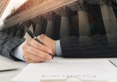 Wirtschaftsanwalt, der einen Vertrag unterzeichnet, Rechtsanwalt oder Rechtsberater in einer Anwaltskanzlei.