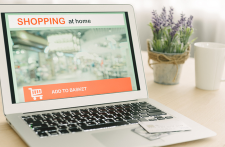 Online shopping site on laptop screen with credit card available on the table. Standard-Bild - 116707871