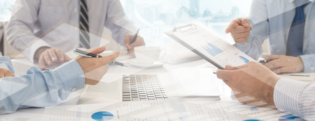 Geschäftstreffen. Brainstorming des Geschäftsteams über den Start eines neuen Projekts im Büro. Standard-Bild