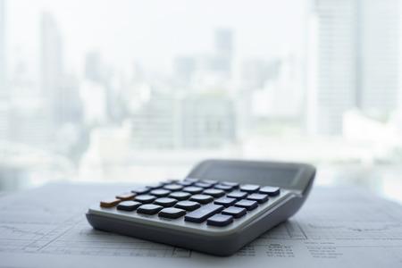 Calculatrice avec rapport commercial et financier mis sur le bureau au bureau. Banque d'images