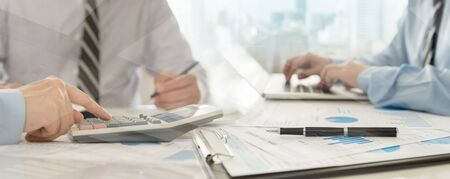 내부 통제 시스템 감사를 위해 재무제표를 확인하는 감사팀. 회계, 회계, 부기 개념.