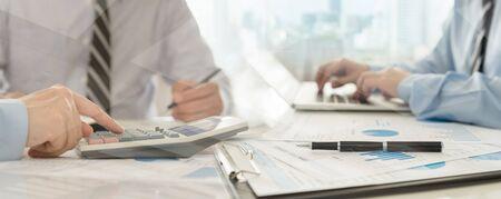 Zespół audytorów sprawdzający sprawozdanie finansowe pod kątem audytu systemu kontroli wewnętrznej. Rachunkowość, rachunkowość, koncepcja księgowości.