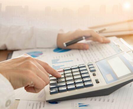 Hombre de negocios usando una calculadora para calcular los números. Concepto de contabilidad, contabilidad, cálculo.