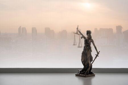 Rechtskonzept des Justizrechts. Gerechtigkeitsstatue mit Stadt Standard-Bild