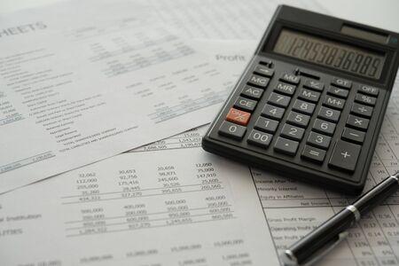 boekhouding boekhoudkundige concept. rekenmachine op jaarrekening en balans op jaarbasis. Stockfoto