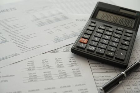 buchhaltung buchhaltung konzept. Rechner auf Jahresabschluss und Bilanz jährlich. Standard-Bild