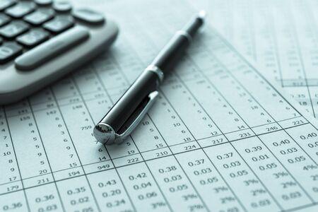 Buchhaltung Geschäftskonzept. Stift, Taschenrechner, Bilanz auf dem Schreibtisch des Buchhalters. Standard-Bild