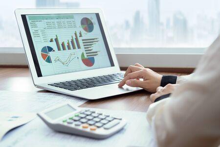 Geschäftsfrauen, die Computer verwenden, bereiten einen Geschäftsbericht für die Bewertungsleistung vor.
