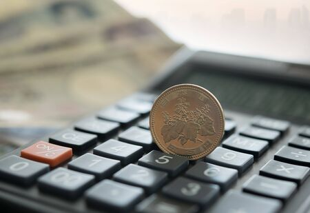 Japan money 500 yen place on calculator Reklamní fotografie