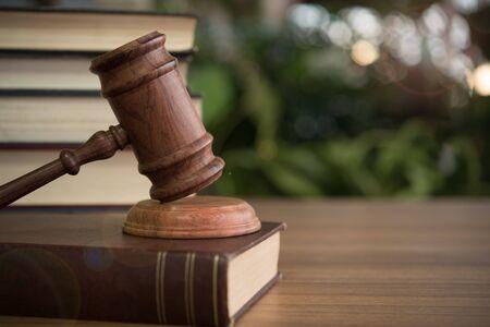 Judges gavel resting on law books. Banco de Imagens