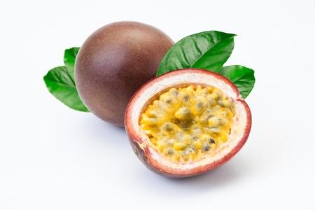 pasion: Fruta de la pasi�n y medio sobre un fondo blanco Foto de archivo