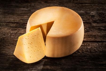 queso: Rueda del queso sobre madera alimentos org�nicos Foto de archivo