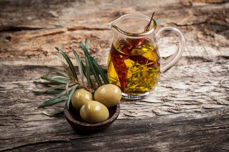 tomillo: Aceitunas verdes y aceite de oliva con especias