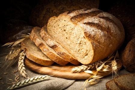 буханка: хлеб на деревянном столе