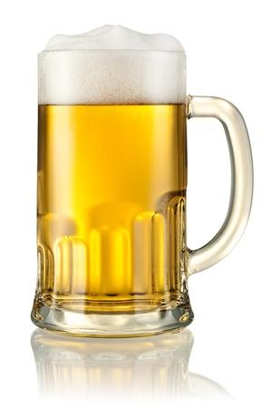 クリッピング パスと白で隔離ビールつきマグカップ