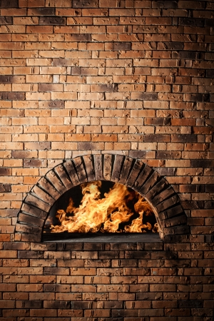 Un horno tradicional para cocinar y hornear pizza.