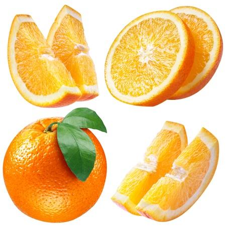 orange slice: oranje vruchten met bladeren en segmenten op wit.