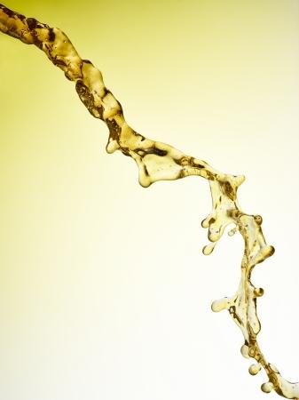 jet stream: Cerveza - Jugo - El aceite está vertiendo. Aislado Jet. El camino de recortes