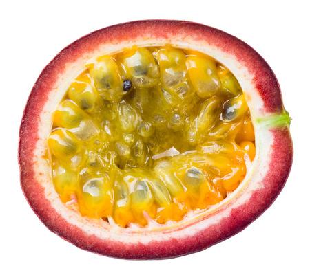 pasion: Fruta de la pasión. La mitad aislados sobre fondo blanco