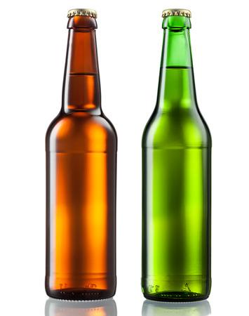 vasos de cerveza: Botellas de cerveza aisladas sobre fondo blanco Foto de archivo