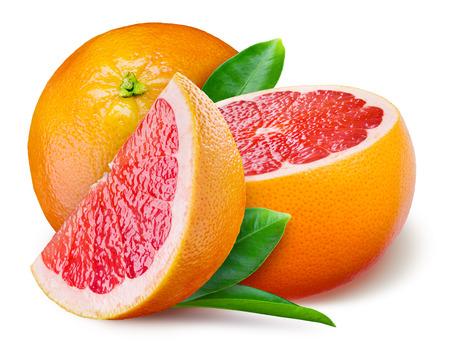Grapefruit met een half en bladeren op witte achtergrond