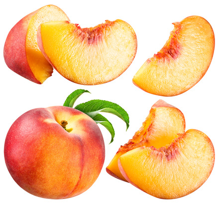 Perzik en Slice geïsoleerd op wit