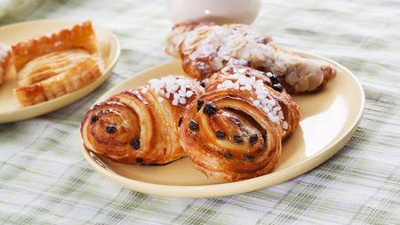 bap: fresh buns with raisins