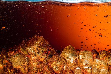 氷の食べ物の背景を持つコーラ