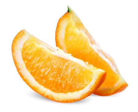 naranja fruta: Dos rebanadas de frutas de naranja aislada sobre fondo blanco