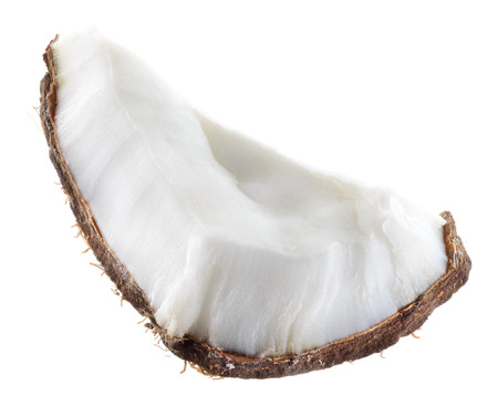 cocotier: Noix de coco. Gros morceau de fruit sur fond blanc