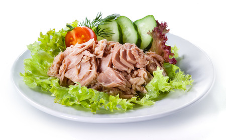 atun: El at�n en conserva con ensalada de verduras aislados Foto de archivo